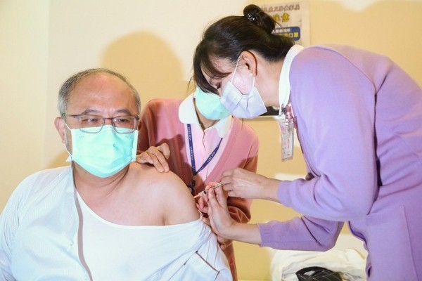 National Taiwan University Hospital Superintendent Wu Ming-shiang receives AstraZeneca vaccine.