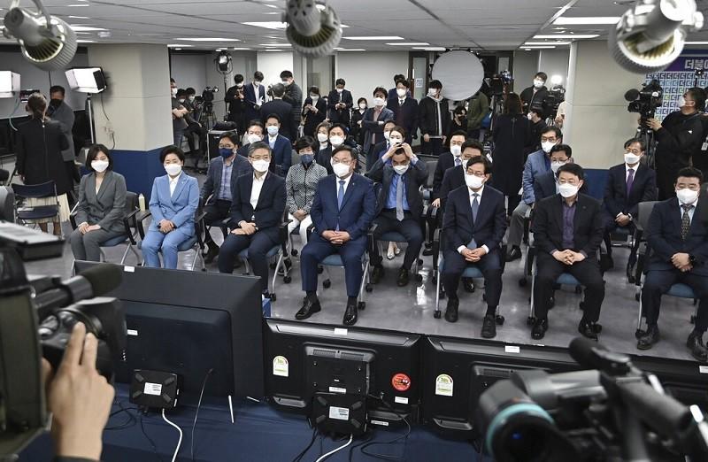 南韓執政黨成員7日觀看首爾市長計票結果時,神情嚴肅(美聯社)