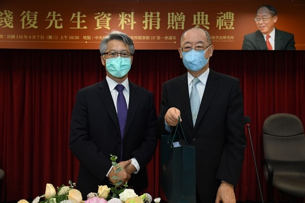 Retired diplomat donates 40 years' worth of diplomatic files to Taiwan