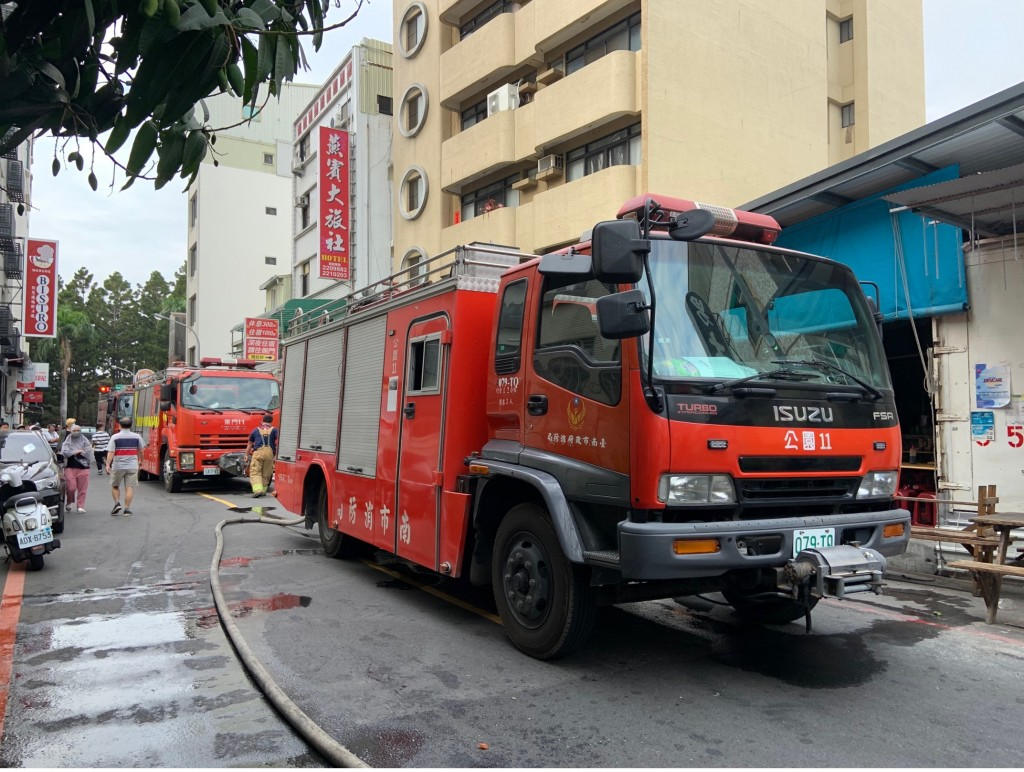 Firefighters put out bungalow fire in Taiwan's Tainan