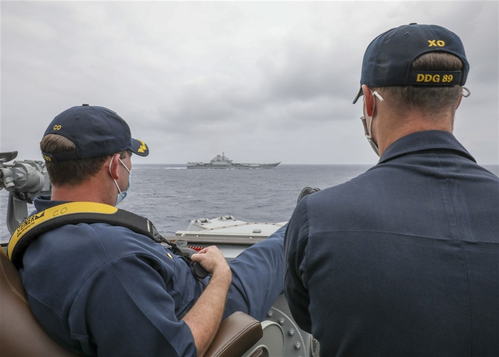 Commander Robert Briggs and Executive Officer Richard Slye monitor Liaoning. (Navy.mil photo)