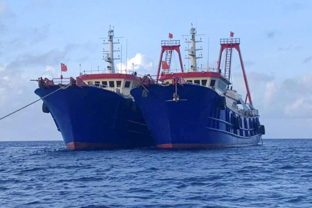 中國船隻停泊於南海牛軛礁(圖美聯社)