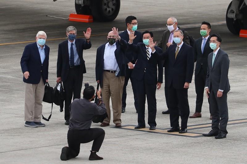 美國前參議員陶德(立者前排左起)率訪問團14日搭機抵台,訪團成員還包含前副國務卿史坦柏格、阿米塔吉等人,外交部長吳釗燮(立者前右3)、美...