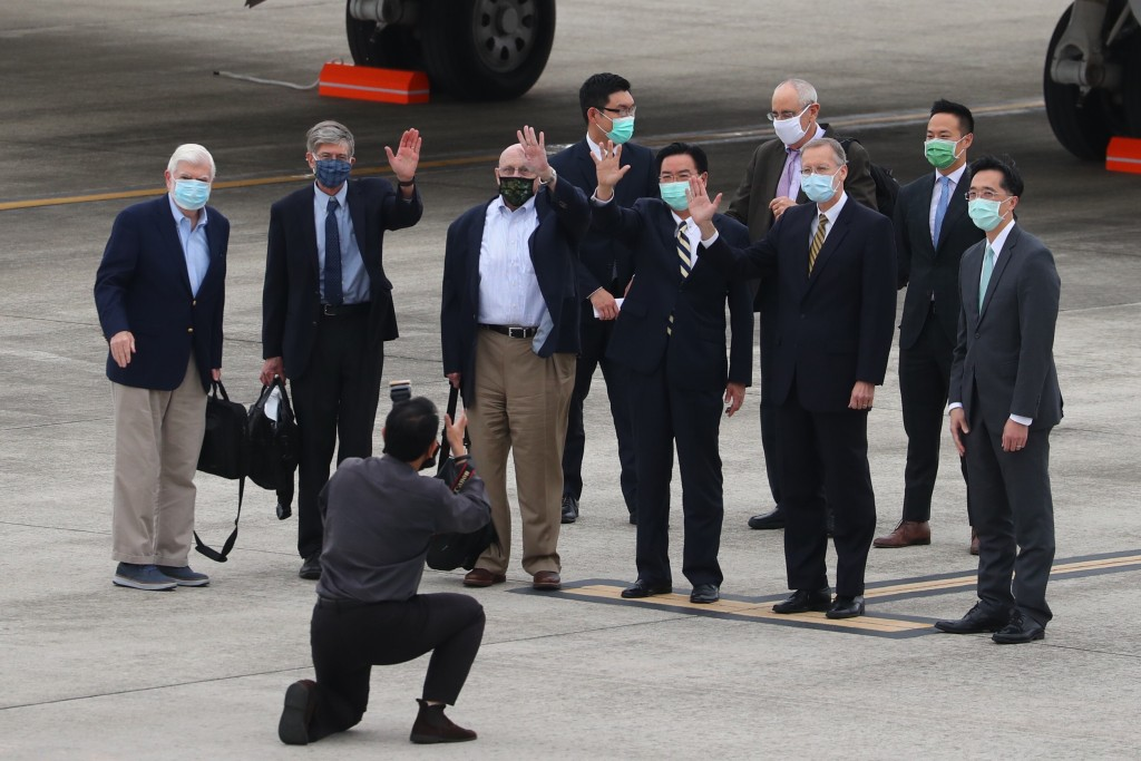 U.S. delegation members Chris Dodd (from left to right), James Steinberg, and Richard Armitage arriving in Taipei Wednesday (MOFA photo)