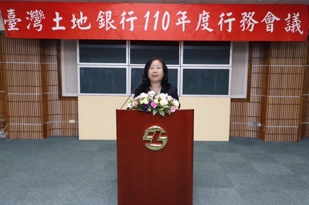 臺灣土地銀行董事長謝娟娟於110年度行務會議致詞,期勉經理人凝聚共識,掌握契機,續創佳績。(土銀提供)