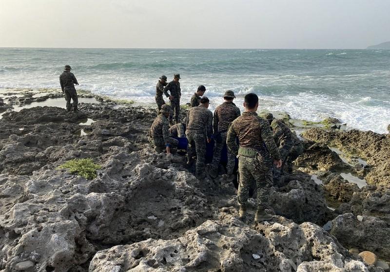 空軍兩架F-5E戰機3月22日空中擦撞墜海,飛官潘穎諄失蹤多日,18日搜救人員在南仁漁港邊礁岩縫發現潘穎諄遺體。
