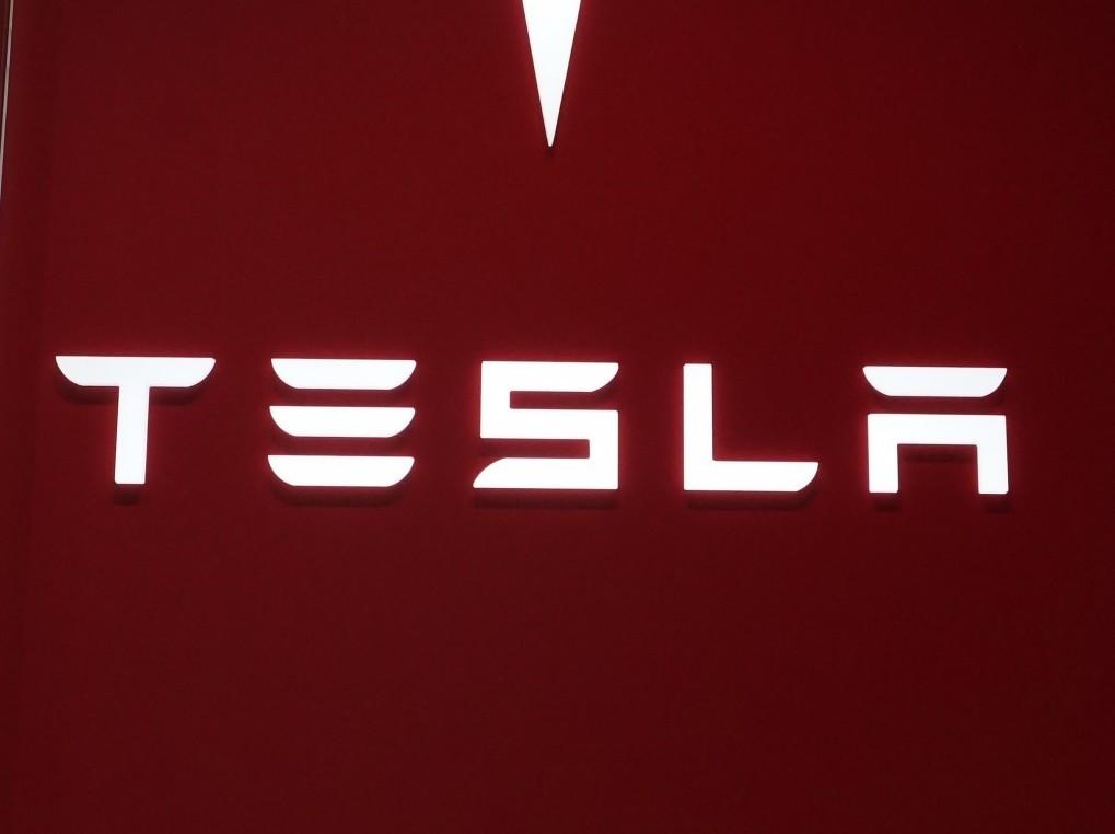 Tesla 特斯拉再傳死亡車禍,兩人死亡,大火延燒四小時才撲滅。(來源:AP)