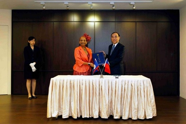 Minister of Justice Tsai Ching-hsiang (right) and Belize Ambassador Diane Haylock display the mutual legal assistance treaty Sept. 26, 2020 in Taipei....