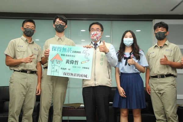 National Tainan First Senior High School studentsLi Chih-chi (left),Chen Chun-che,Lin Tung-yun, andYang Tzu-chen recognized fo...