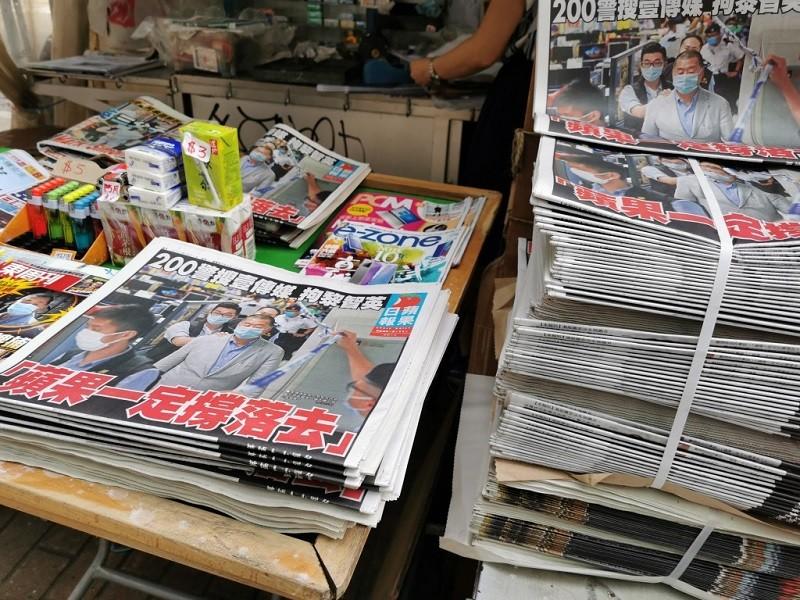 同屬壹傳媒的香港蘋果日報去年(2020年)8月11日如常發行,頭版報導老闆黎智英被捕的消息,標題是「蘋果一定撐落(下)去」。如今壹傳媒再度...