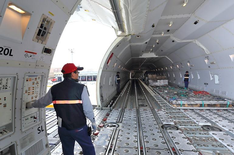File photo of crew members loading freight into cargo plane. (tias.com.tw photo)