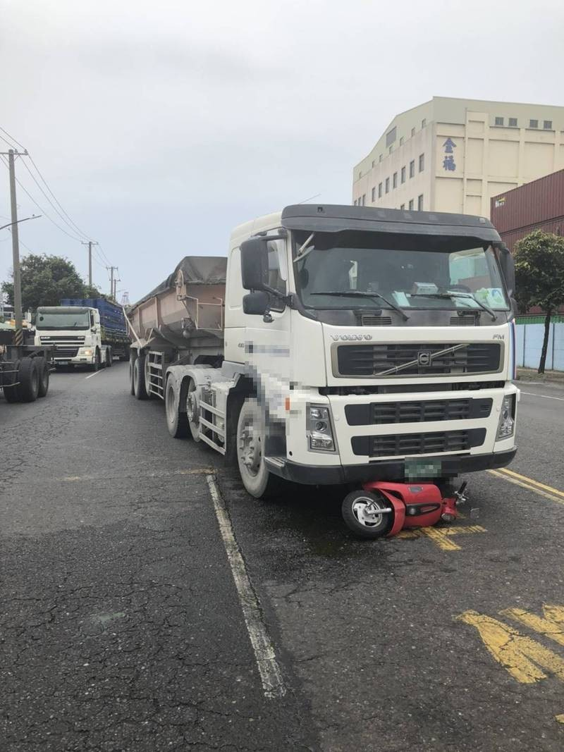 Deliverywoman killed by truck right after handing driver drink in southern Taiwan
