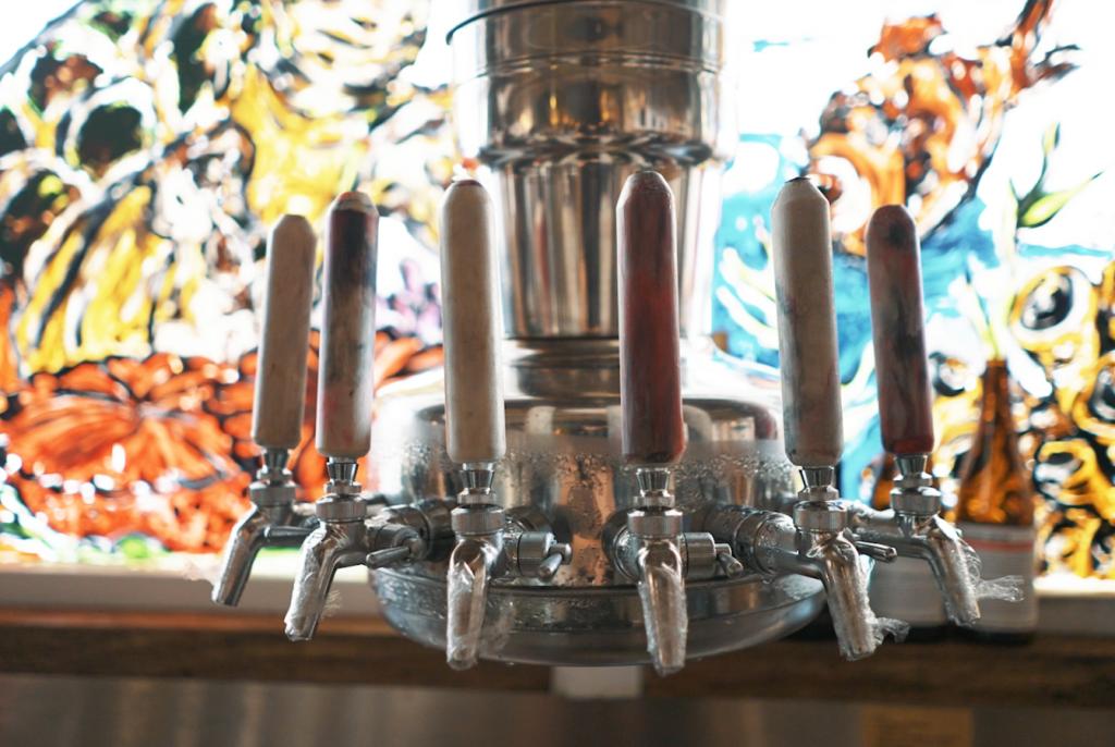 海洋垃圾成藝術品!愛衝浪外國人淨灘喚環保減塑 臺虎精釀打造台北海島酒吧
