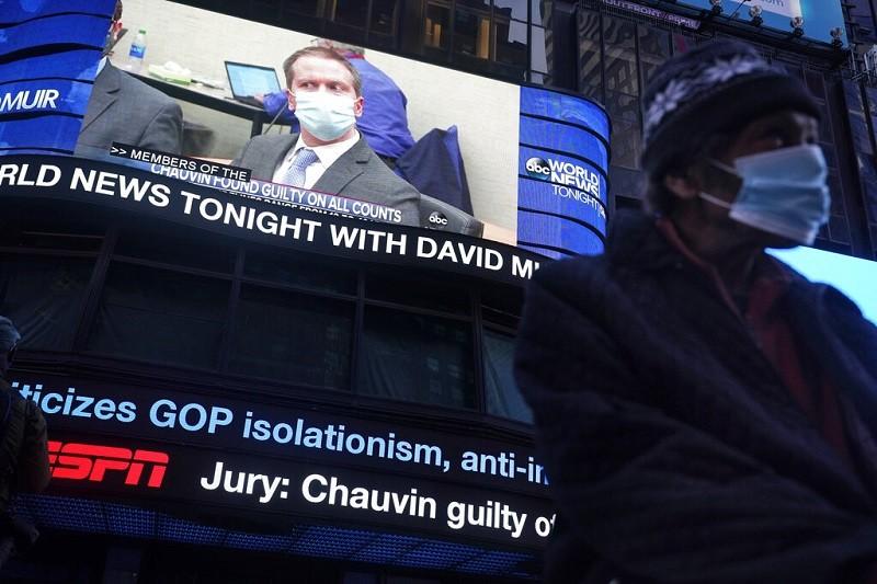 陪審團宣布前警官蕭文(Chauvin) 謀殺罪名全部成立後,美國媒體立刻播出快報 (美聯社)