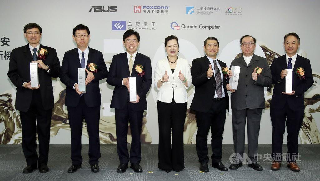 科睿唯安20日公布2021年全球百大創新機構名錄,台灣共5家獲選,經濟部長王美花(中)出席頒獎典禮與獲獎企業合照。(圖/中央社)