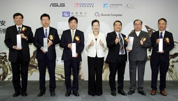 Economics Minister Wang Mei-hua (center) and representatives of ITRI, Foxconn,Quanta, Asus, Kinpo Electronics. (CNA photo)