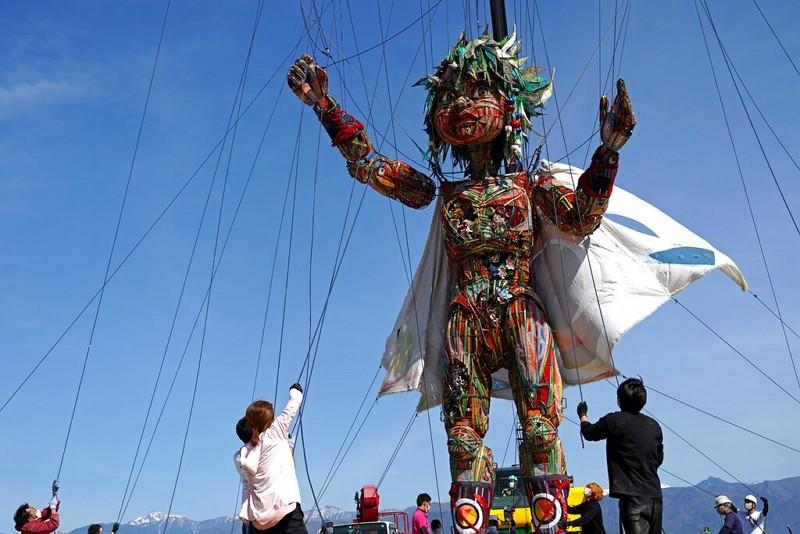 日本為奧運特製巨型木偶(圖/美聯社)