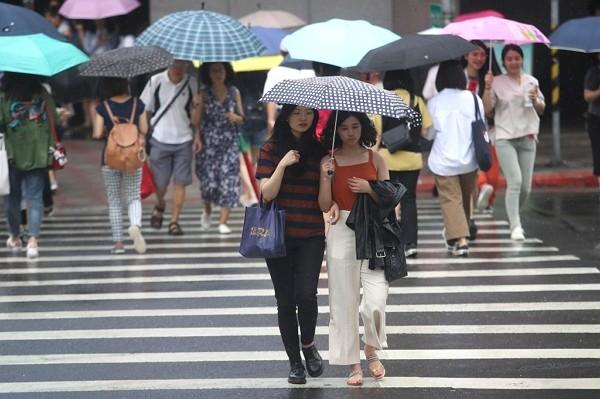 Cloud band from China to bring precipitation to Taiwan Sunday and Monday.