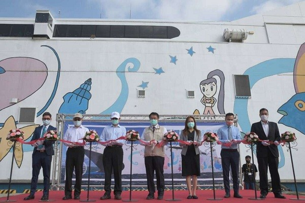Tainan Mayor Huang Wei-che (center) presides over a ceremony to commence the route operation betweenAnping Harbor and Penghu. (Tainan Tourism an...