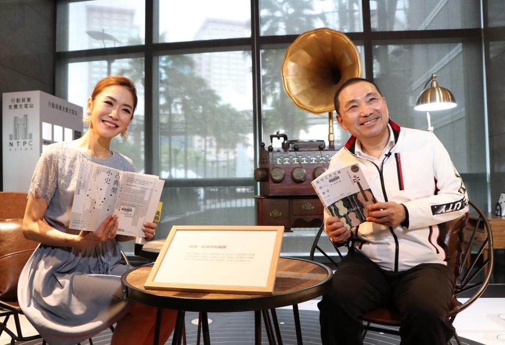 新北市長侯友宜(右一)與閱讀大使楊千霈(左一)於新北閱讀節黑膠主題閱讀角進行閱讀體驗。