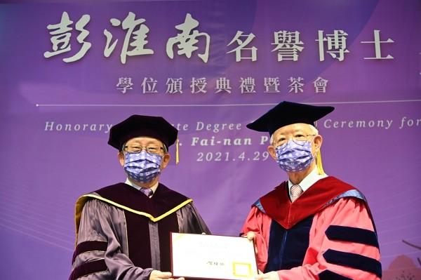 Perng Fai-nan (right) receiveshonorary doctoral degree from National Tsing Hua University. (NTHU photo)