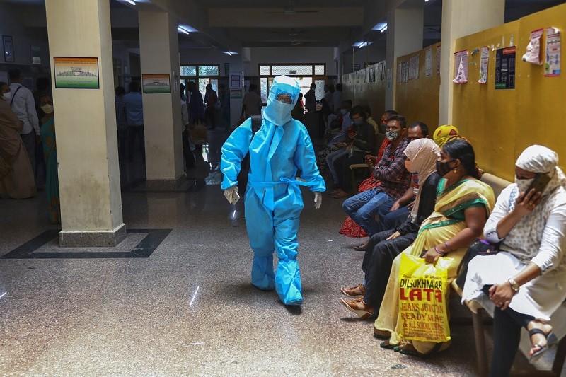 圖為印度Hyderabad一家醫院外, 大批民眾排隊等候新冠肺炎病毒篩檢 (美聯社)