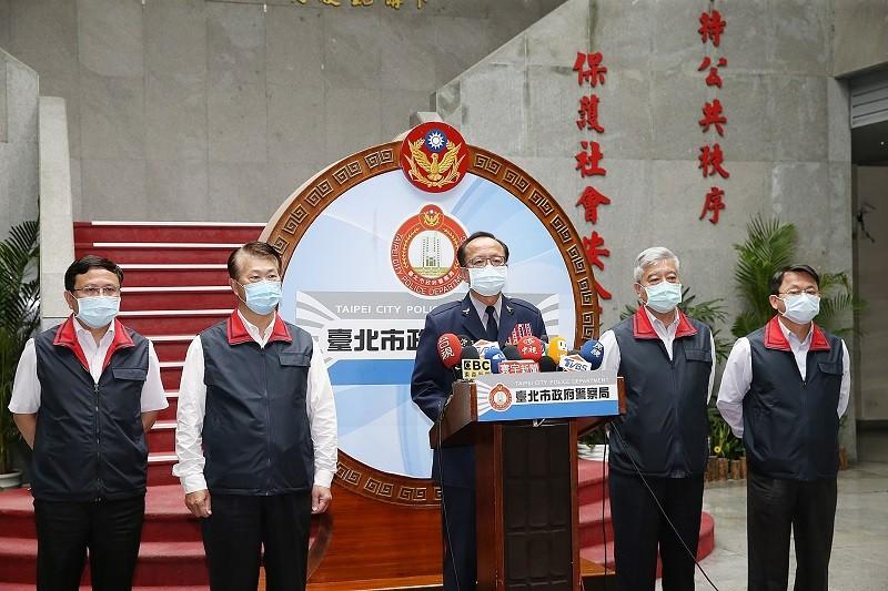 台北市政府警察局29日晚間舉行記者會,由局長陳嘉昌(中)帶隊親上火線,針對調查松山分局員警言行失當案相關後續提出說明。中央社