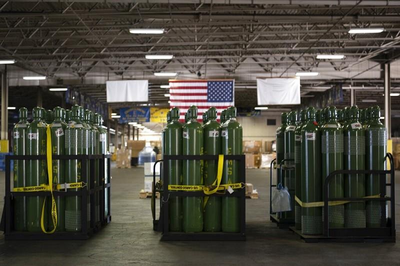 印度疫情嚴重, 美國將提供氧氣瓶 (圖), N95口罩與快篩試劑等醫療物資, 由美國空軍運往該國 (美聯社)