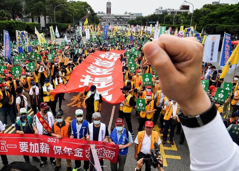 每年五一勞動節,勞工團體都會集結舉辦勞工大遊行,今年遊行隊伍1日中午先在凱道集結,上演行動劇及說明遊行訴求,隨後在現場高喊「薪資要提高」...