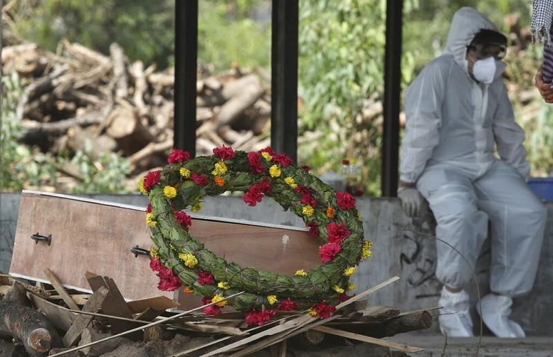 示意照為印度Jammu一名新冠肺炎染疫者的棺木, 正等待火化 (美聯社4/30資料照)
