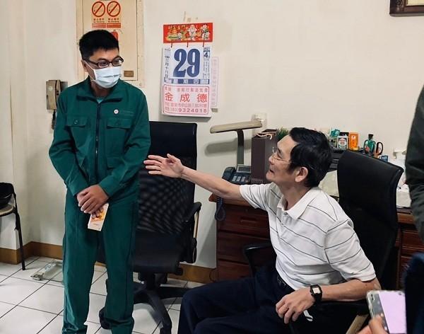 Hong Hung-yi, left;and Chang, right (Yilan Post Office photo)