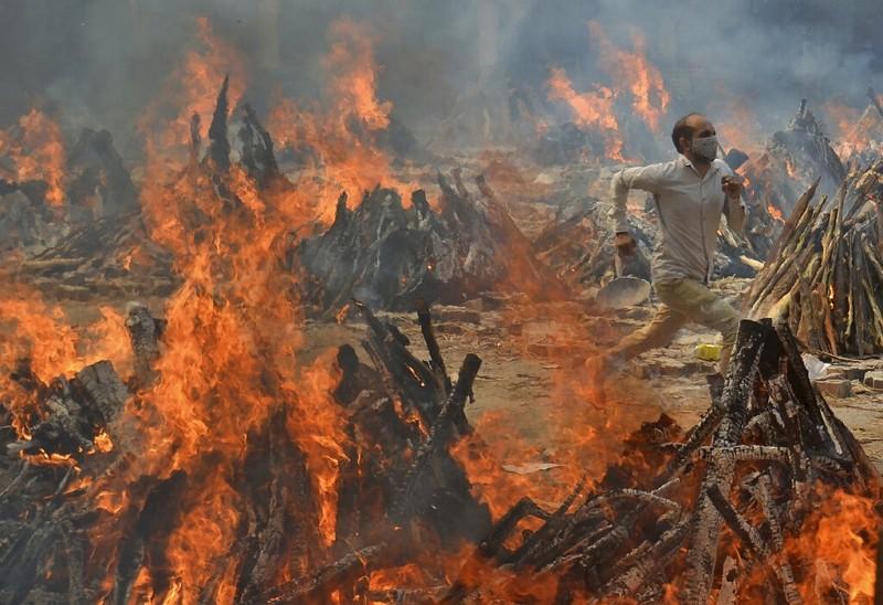 人們逃離印度德里火葬場(圖/美聯社)