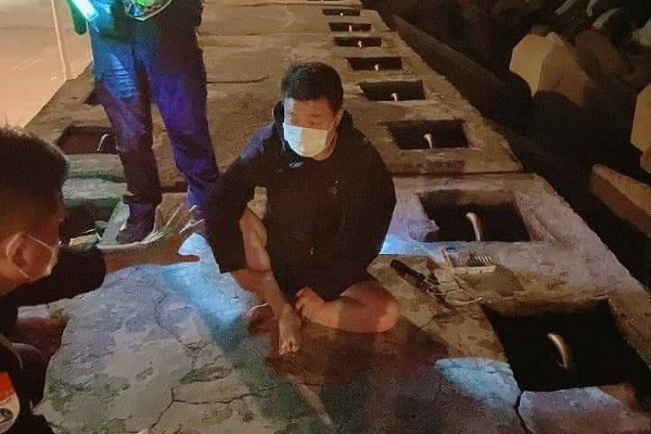 Zhou being questioned by police. (Photo from reader)