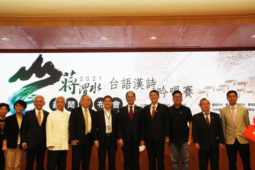 立法院長游錫堃(左7)、文化部長李永得(左6)、義美文教基金會執行董事高志明(左5)和所有的貴賓合照。