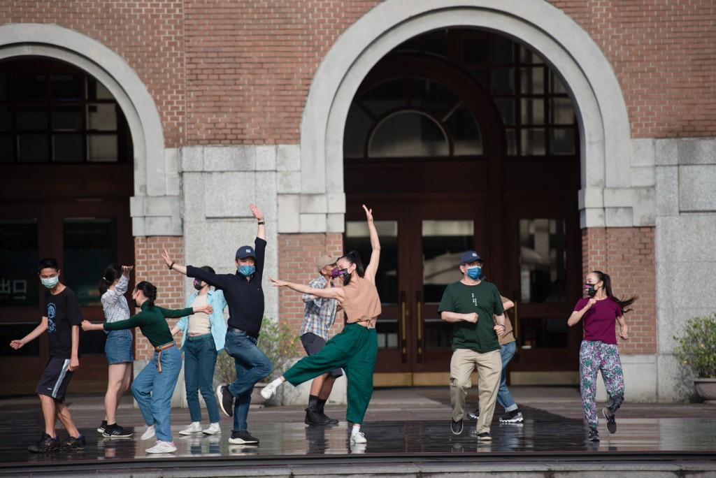 Cloud Gate dancers at the NTU campus. (NTU photo)