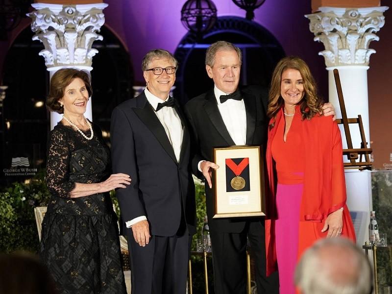 蓋茲(左2)和梅琳達(右1) ,2019年與前總統小布希夫婦合影 (圖/官方臉書)