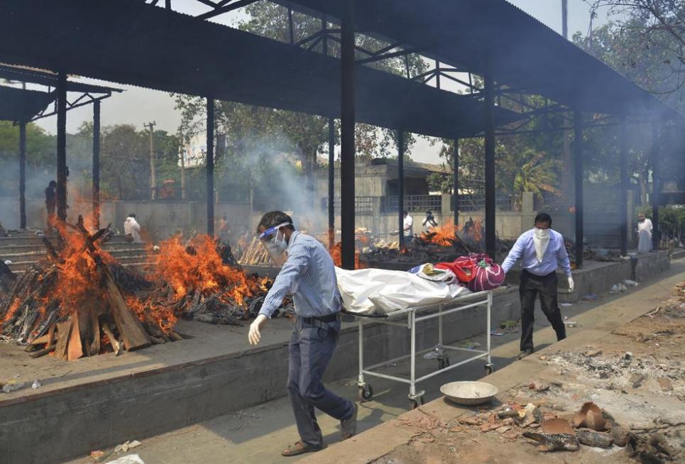 印度新冠疫情嚴峻,外交部領務局今(4)日升級至紅色旅遊警示,首批台灣援助物資已送達盼解燃眉之急。(圖/AP)