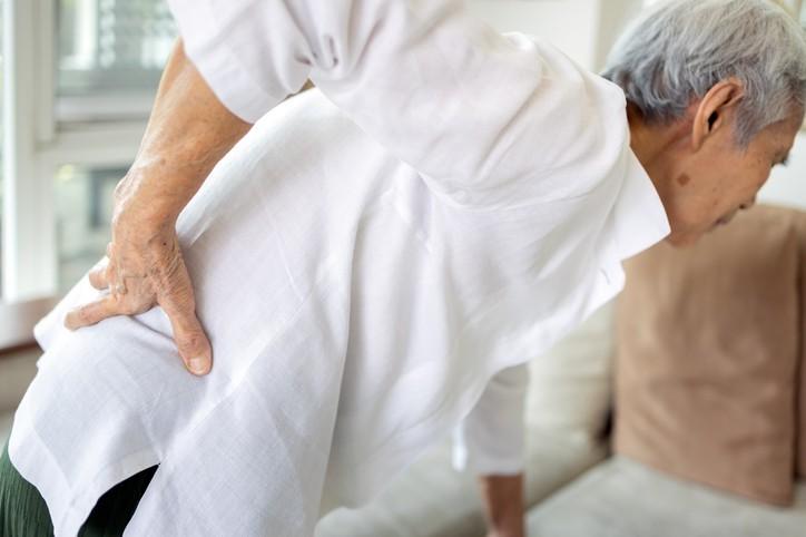 國人常誤解駝背、身高變矮、下背部疼痛是一般老化現象,直到因骨折就醫才確診骨質疏鬆。(示意圖/Getty Images)