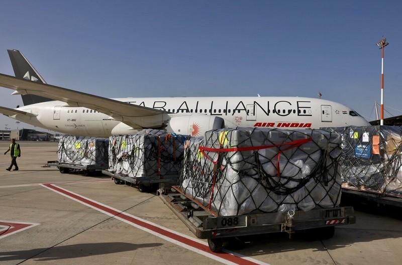 圖為以色列Ben Gurion機場工作人員,將醫療救援物資運上印度航空飛機, 準備送往印度(美聯社)
