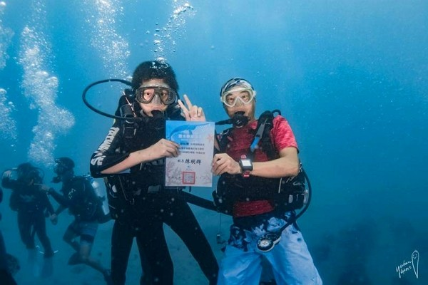 Kenting Elementary School student receives diploma in underwater graduation ceremony. (Taiwan Dive Center photo)