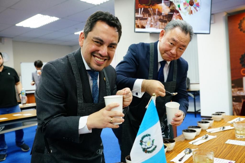 外交部拉美司俞大㵢司長(右)及瓜地馬拉駐臺葛梅斯大使(左)杯測品鑑來自瓜國的優質咖啡 (來源:中美洲經貿辦事處)