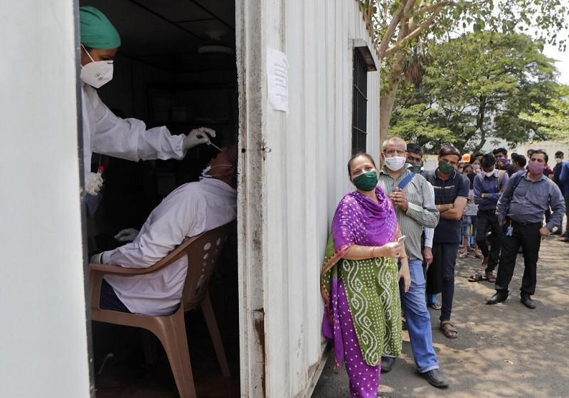 圖為印度孟買(Mumbai)民眾, 6日排隊準備接受武漢肺炎(新冠肺炎, COVID19) 篩檢 (美聯社)