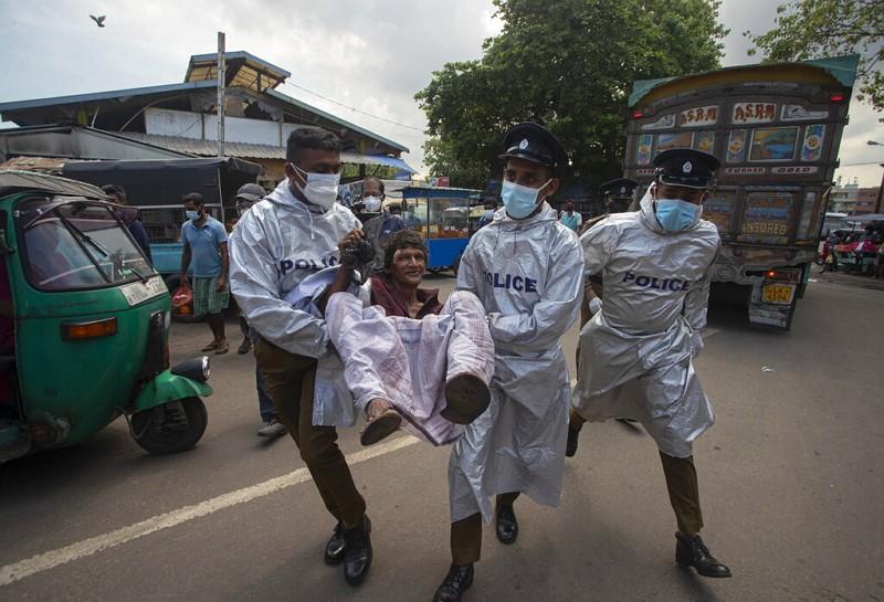 斯里蘭卡警方逮捕違反防疫措施的民眾(圖/美聯社)