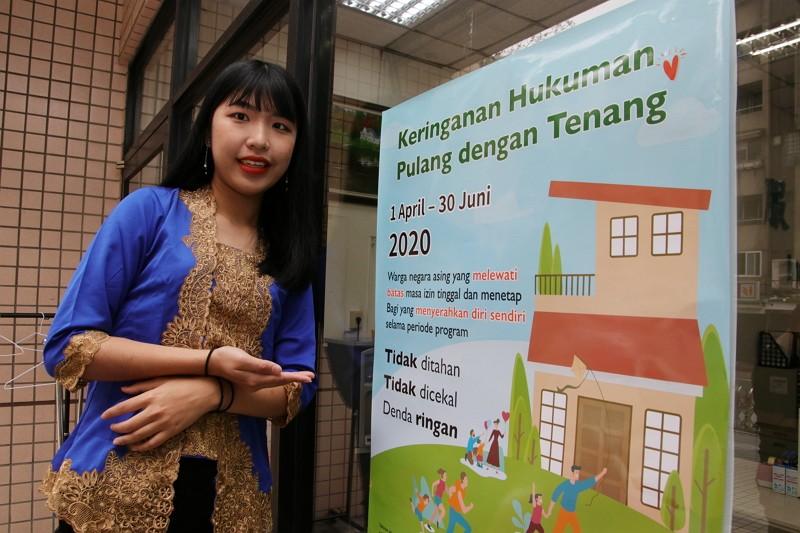利佳玲曾為移民署政策海報協助宣傳,她希望增進自己印尼語文的能力,透過媽媽故鄉的語言完成自己的夢想。(圖/移民署)