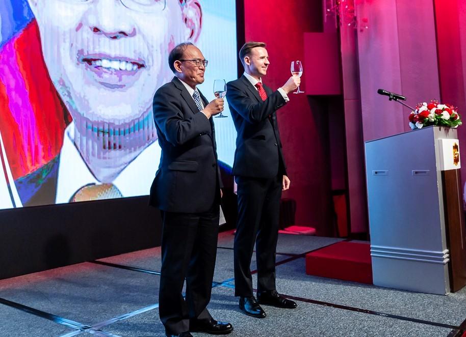Deputy Foreign MinisterHarry Ho-jen Tseng (left) and Polish envoy to Taiwan Bartosz Reys (Polish Office in Taipei photo)