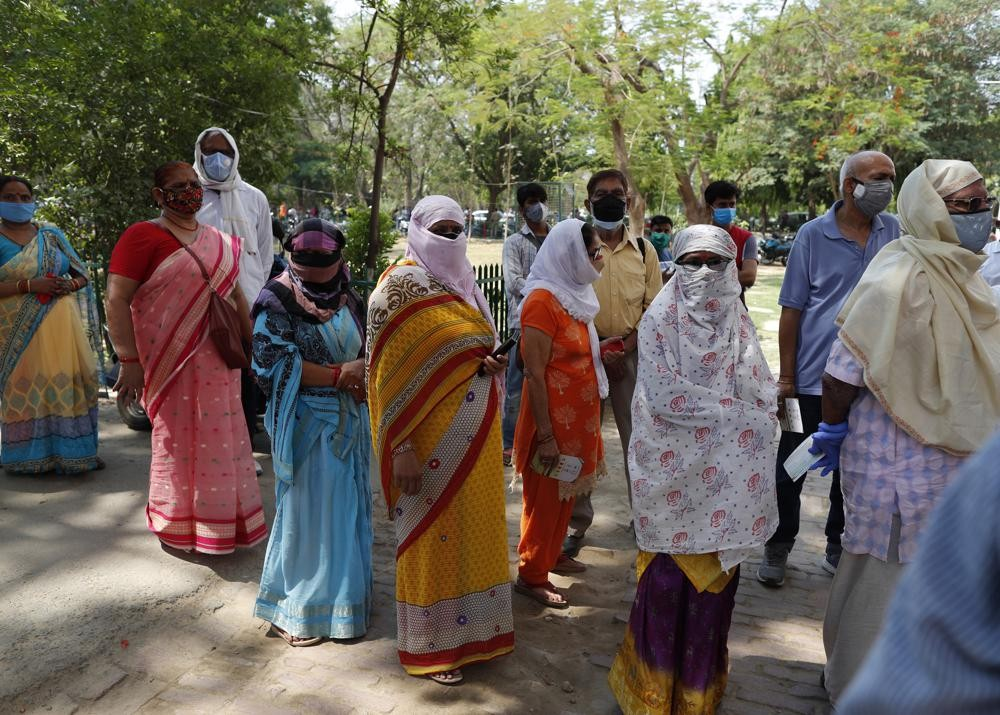 Indians standing in line to receive the vaccine in the city of Prayagraj