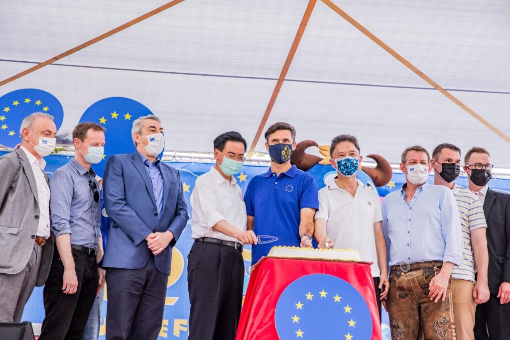 外交部長吳釗燮(左四)、歐洲經貿辦事處長高哲夫(左五)等人共同切蛋糕歡慶歐盟生日。(來源:歐洲經貿辦事處 提供)