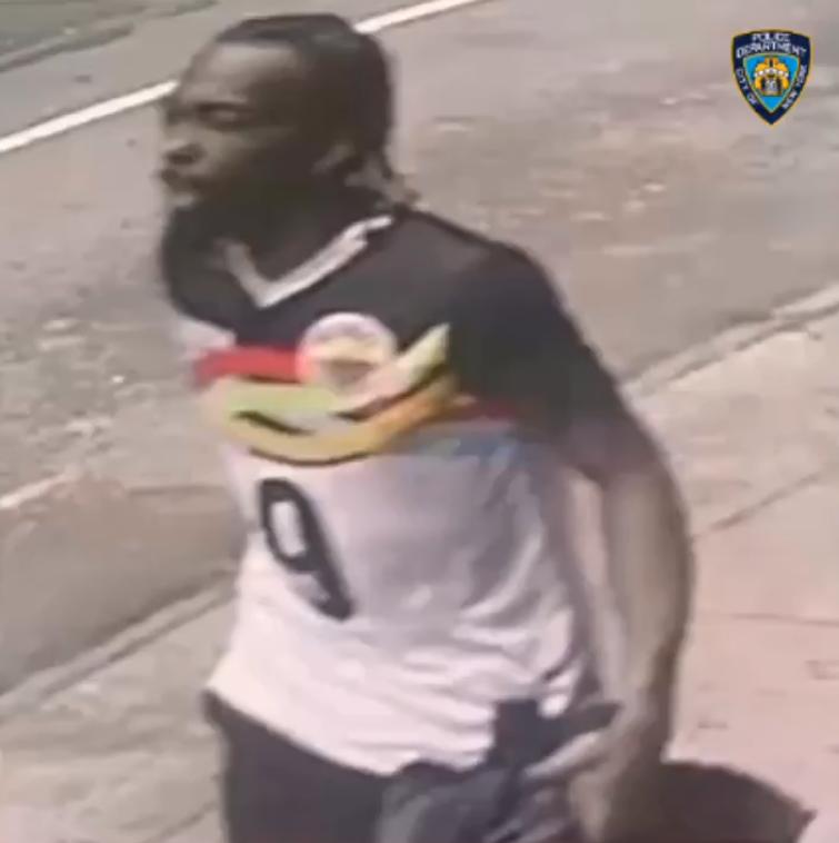 紐約時報廣場8日發生槍擊案,美國警方公布嫌疑人影像。(圖擷取自NYPD TWITTER影片)