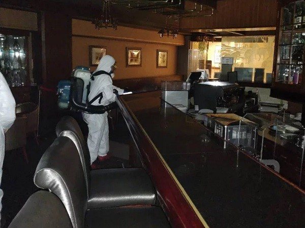 Seven Scholars Lounge being disinfected. (Howard Plaza Hotel Taipei photo)