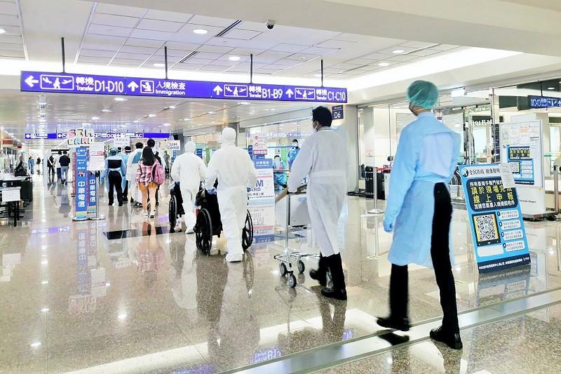 此為示意照。因立榮航空班機發生爆胎事故,29名乘客自印度經日本搭乘日本航空JL097班機轉降桃園機場,桃園機場啟動相關檢疫SOP,後續搭車...
